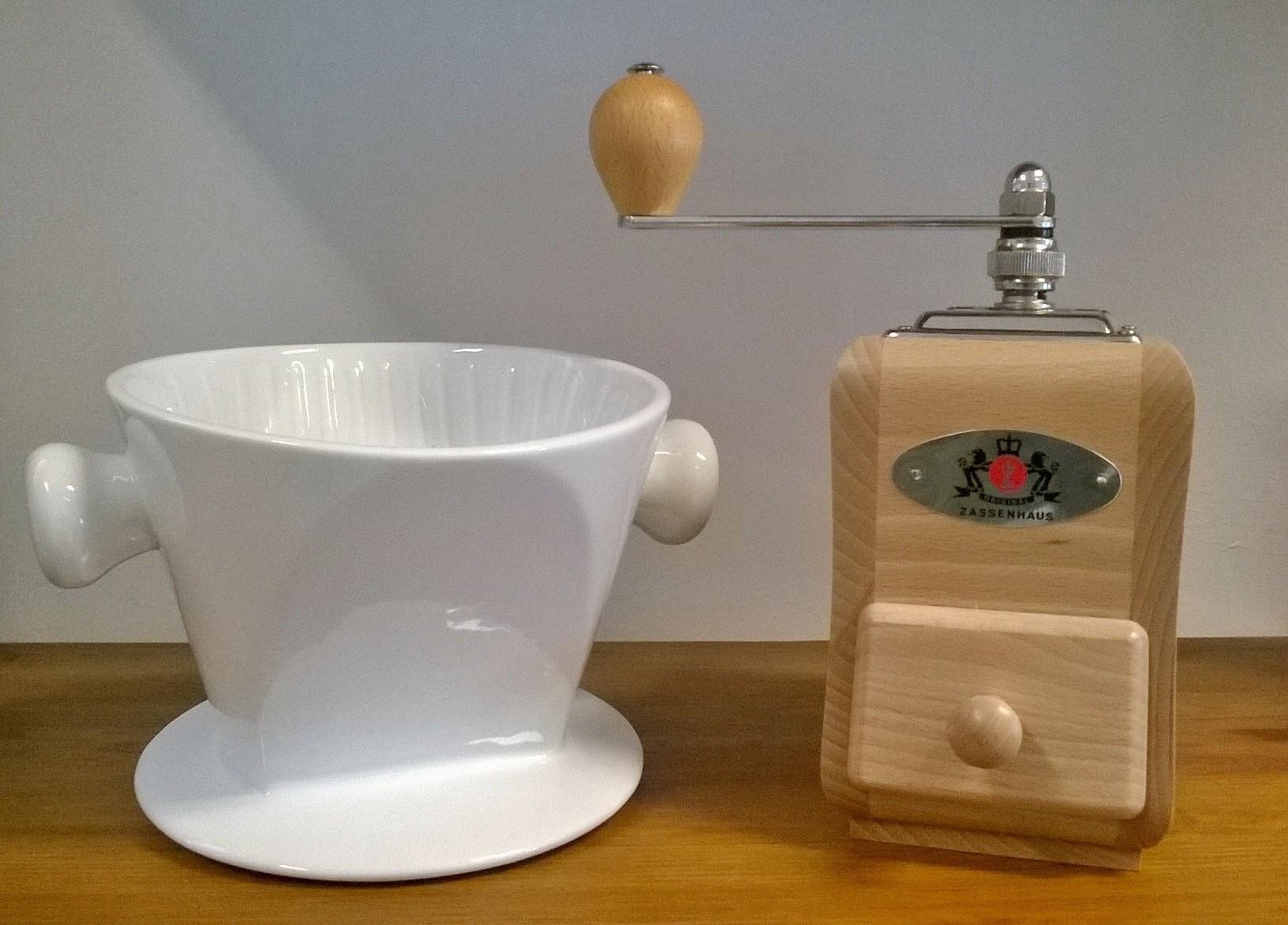 Porzellan-Kaffeefilter und Zassenhaus Kniemühle aus Buchenholz