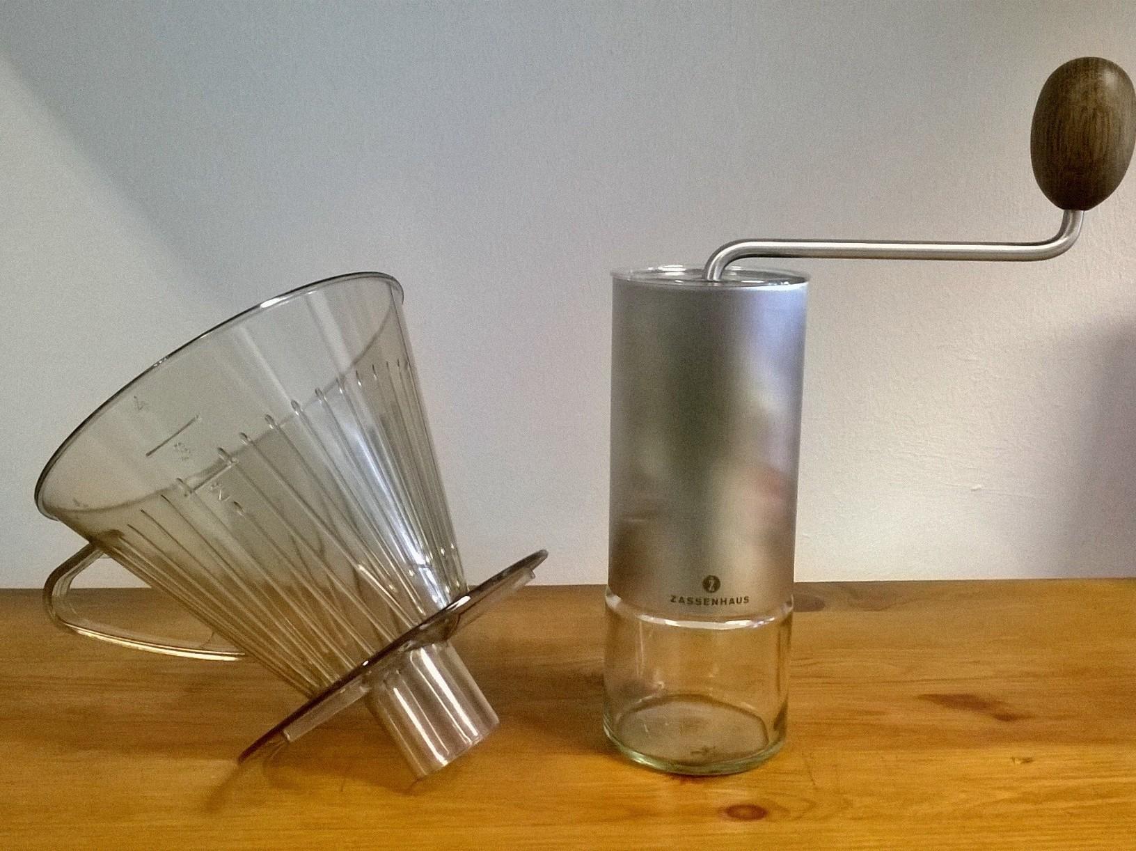 Stutzen-Kaffeefilter aus Polystyrol und Handkaffeemühle Quito von Zassenhaus