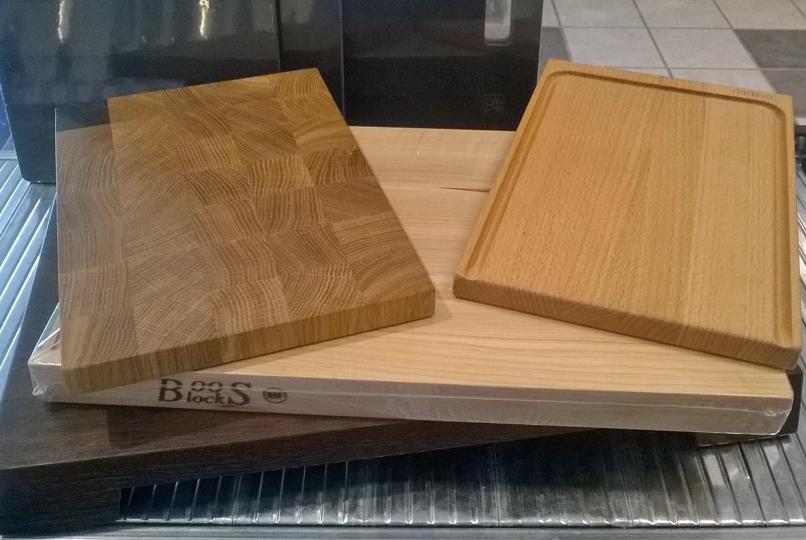 Von links nach rechts bzw. oben nach unten: Design M, Maigo, Boos und Bungert 2B (in Wenge). Im Hintergrund in mattschwarz die Holzfiberbretter von Zwilling.